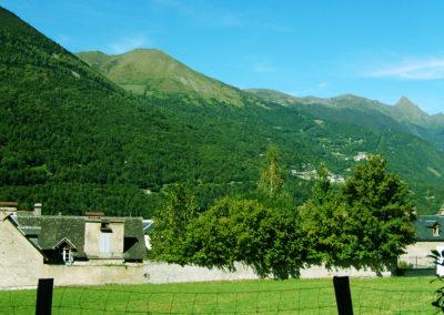 Vue depuis la terrasse de l'appartement avec la montagne et le village face à la location