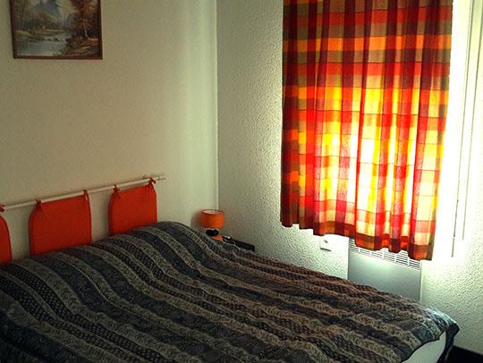 Vue de la chambre principale de l'appartement en location à Luz-Saint-Sauveur