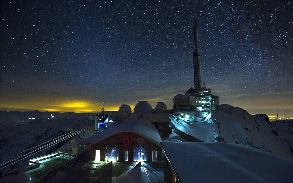 Le Pic du Midi de Bigorre et son observatoire sous un ciel étoilé